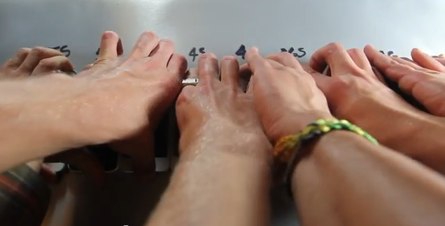 les mains sur les iphones
